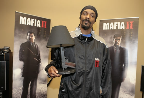 Snoop Dog Felíz con su Gun Lamp